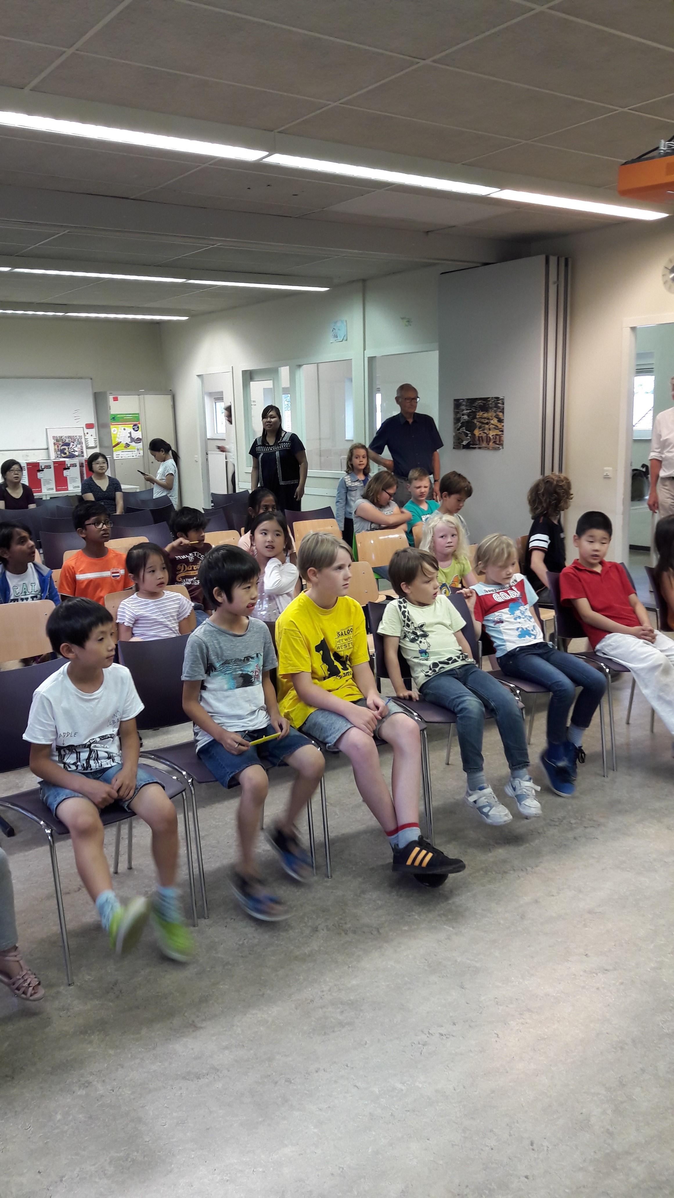 De kinderen wachten gespannen af